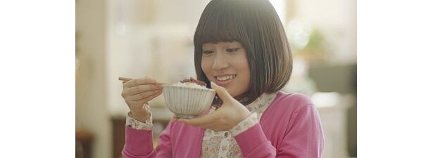 前田さんは現在放映中の「家族のお茶漬け」CMに引き続き、「のっけるふりかけ」シリーズに出演
