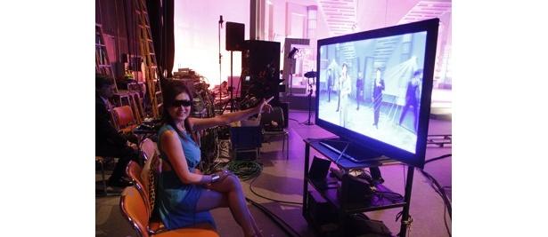 【写真】3Dテレビでの映像チェックに藤原紀香も驚きの表情!
