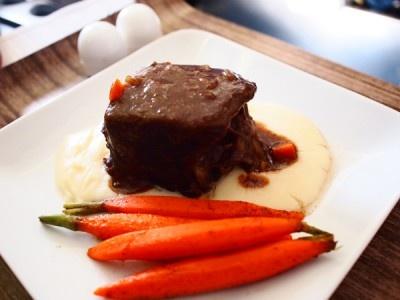 牛肉の赤ワイン煮は、口のなかでとろけるやわらかさ