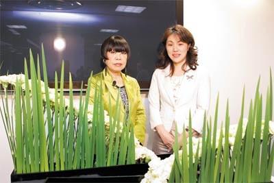 コシノジュンコさん(左)と次期家元・池坊由紀さん