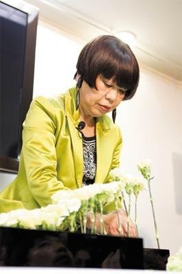 人生初のライブ生け花に挑戦するコシノジュンコさん