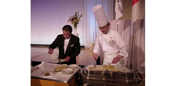 2008年の大会で銀賞を授賞したメニューのカッティングサービスがナショナルチームによって行われた。(写真は宮原シェフ)