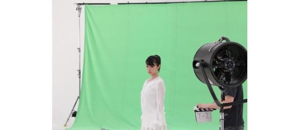 白い空間に白い服で静かに佇む設定の撮影
