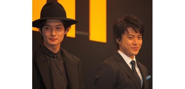 岡田はモードな着こなしで登場した