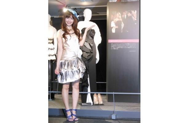 【写真】ドラマで実際に着用された衣装が展示される特別展に立つ小嶋