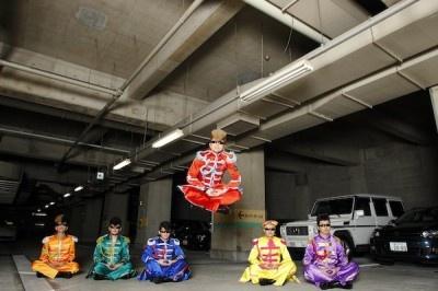 """【写真】氣志團の綾小路翔さんが、あり得ないほど高い""""あぐらジャンプ""""も披露!"""