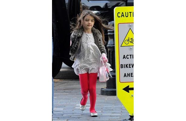 5歳で赤い口紅をつけ公の場に