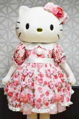 キティは可愛らしいピンクの衣装で登場!