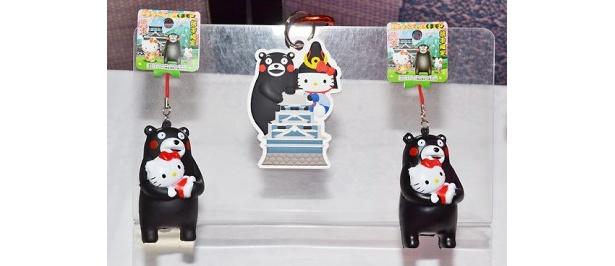 「くまモンキティ ぷにぷにストラップ」(580円)と「くまモンお城KTラバーチャーム」(590円・中)