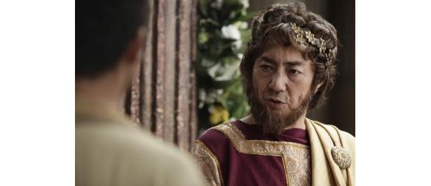 第14代ローマ皇帝のハドリアヌスを演じる市村正親