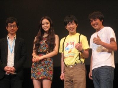舞台あいさつに登場した(左から)キム・ジョンファン監督、ハン・イェスル、フルーツポンチ