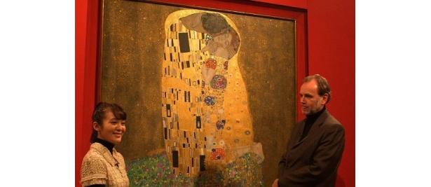 ベルベデーレ宮殿にあるクリムトの代表作「接吻」を見学する貫地谷