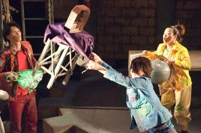 舞台を見に行けば、パフォーマーと一緒にマジックに挑戦できるかも!?