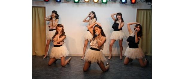 デビュー曲「Dia Love」を熱唱!