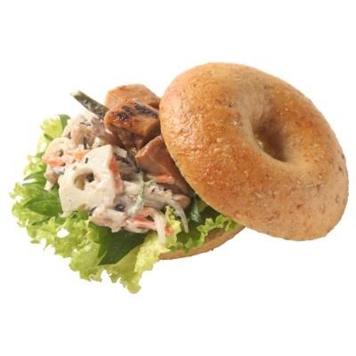 「チキンと15種野菜の焙煎胡麻サラダ(¥400)」。シャキシャキの食感と大葉の香りが絶妙なバランス
