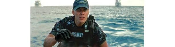 ハリウッド注目の新鋭テイラー・キッチュが演じるのは米海軍の新人将校アレックス