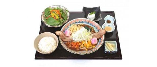ホテルモントレエーデルホフ札幌 13F日本料理隨縁亭 鮭節を使ったカレーうどんランチセット¥1,300(白飯、サラダ、ホワイトアスパラピクルス、デザート、税・サ込)