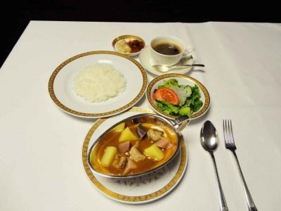 ホテルオークラ札幌 上富良野産ポークと江別産ポテトのころころカレー ¥1,800(サラダテーブル、コーヒー付、税・サ込)
