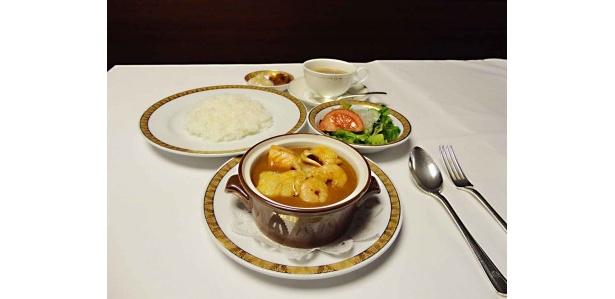 ホテルオークラ札幌 道内産シーフードの気まぐれカレー ¥1,800(サラダテーブル、コーヒー付、税・サ込)