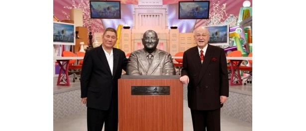 番組卒業記念に制作された銅像に笑顔を見せる三宅久之氏とビートたけし