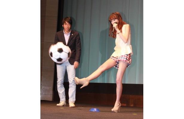 華麗な美脚で観客席にボールを蹴り込む桐谷美玲(写真左)