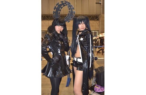 「ブラック★ロックシューター」のデッドマスター(左)とブラック★ロックシューター(右)