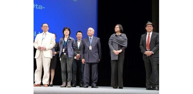 長編プログラム審査員(左から)チュー・フーシェン氏、チョ・ヨンジョン氏、大田昌秀氏、フー・メイ氏、マイケル・ホイ氏