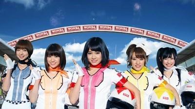 【写真】前田敦子さんたちがレース会場に案内してくれる