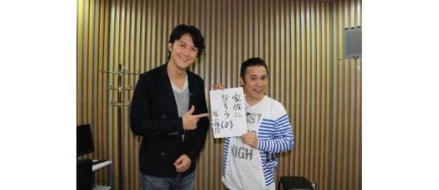番組の題字を書いた福山雅治と番組MCの岡村隆史(写真左から)