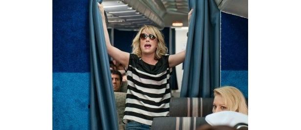 金欠の上に飛行機嫌いのアニーは、ファーストクラスの皆と別れてエコノミー席に。しかし、墜落の恐怖からがぶ飲みした酒に酔って大暴れ!
