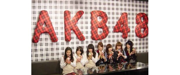 カフェスペースにて。右からAKB48メンバー(前田亜美、小林香菜、片山陽加、高城亜樹)、NMB48メンバー(山本彩、城恵理子、小鷹狩佑香)