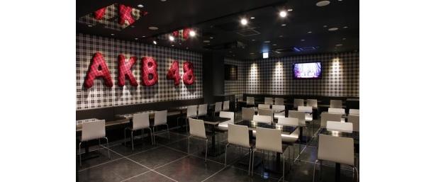 店内はAKB48のシングル「Begginer」をイメージした、黒を基調にしたスタイリッシュな店内