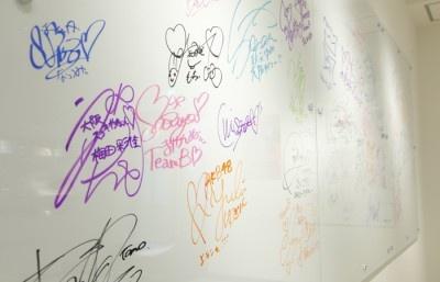 壁面のボードにメンバーのサインとメッセージが!