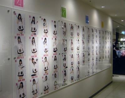 AKB48の写真もズラリ!