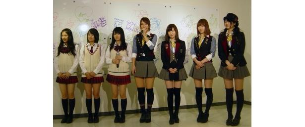 記者発表で挨拶。右からAKB48メンバー(前田亜美、小林香菜、片山陽加、高城亜樹)、NMB48メンバー(山本彩、城恵理子、小鷹狩佑香)