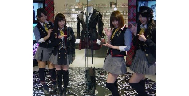 前田敦子が実際に着た衣装もショップに飾られる。右からAKB48メンバー(前田亜美、小林香菜、片山陽加、高城亜樹)