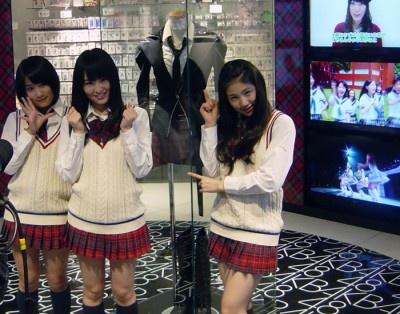 写真右からNMB48メンバー。右から小鷹狩佑香、山本彩、城恵理子