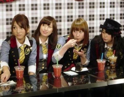 試食するAKB48メンバー。右から前田亜美、小林香菜、片山陽加、高城亜樹