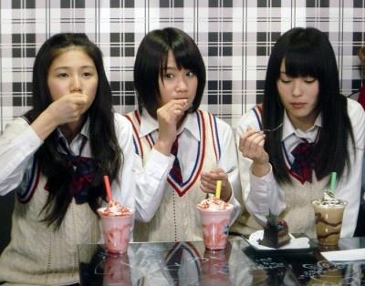 試食するNMB48メンバー。右から山本彩、城恵理子、小鷹狩佑香