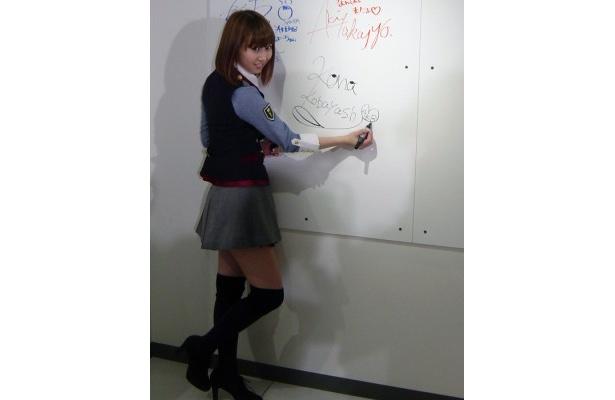 ボードにサインするAKB48の小林香菜