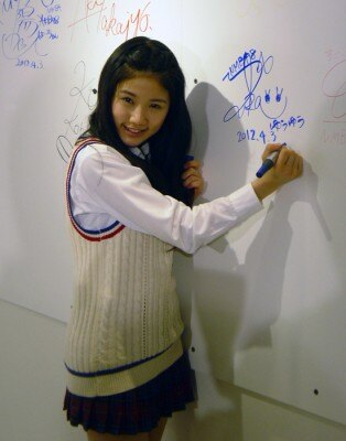 ボードにサインするNMB48の小鷹狩佑香
