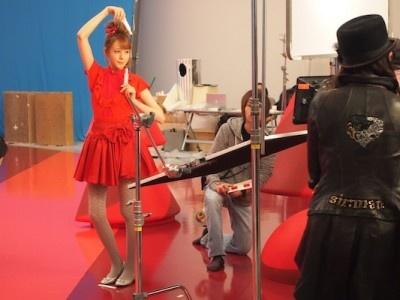 【写真】ミニスカートでダンスを披露。撮影中のトリンドル玲奈さんがキュート!
