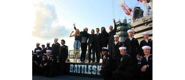 【写真をもっと見る】前日は、日本で初めて、米軍の空母ジョージ・ワシントンの船上で会見を行った