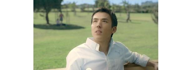 日ざしが気持ちいいオフの日。緑あふれる公園で、サッカーを始めるきっかけになったキャプテン翼を思い出す長谷部選手