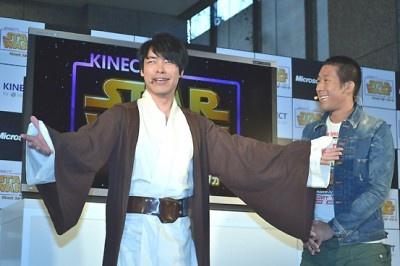 ジェダイ騎士のコスプレ姿で登壇した麒麟・川島明さん(左)と田村裕さん(右)