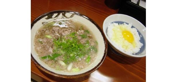 「千とせ べっかん」肉吸い¥630、たまごかけ御飯(小)¥200/肉うどんからうどんをなくすと肉吸いに。たまごかけご飯と食べたい!