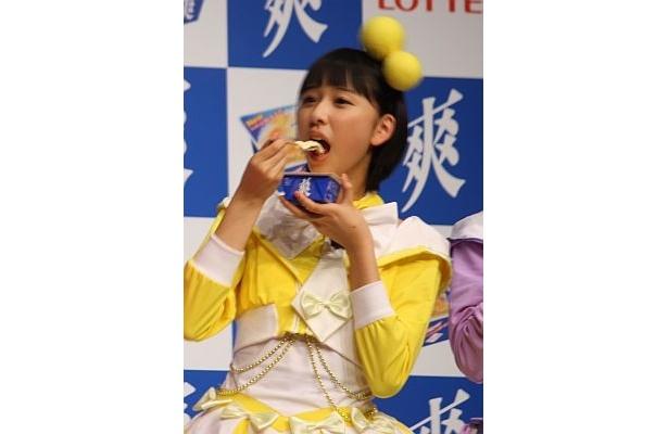 美味しそうにアイスを食べる玉井詩織さん。食いしん坊エピソードを公開