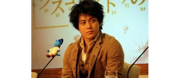 先日、山田優との結婚を発表した小栗は質問がプライベートなことに及ぶと笑顔ではぐらかしていた