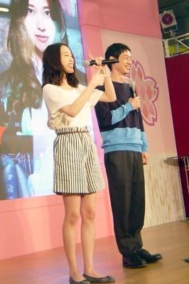 ドラマに出てくるスペックホルダー(超能力者)のポーズをまねる戸田恵梨香。会場に集まったファンからは感激のどよめきが!