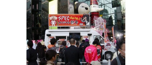 """イベントが行われた毎日放送ビル前には映画の宣伝をしながら全国をまわっている""""餃子ワゴン""""が登場。4/4・5の2日間のみ大阪で餃子を販売"""